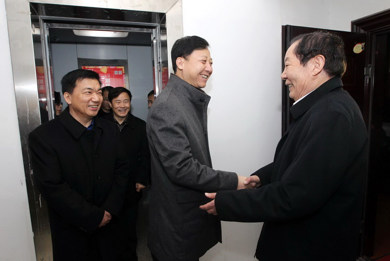 黄晓武看望慰问部分市级老干部